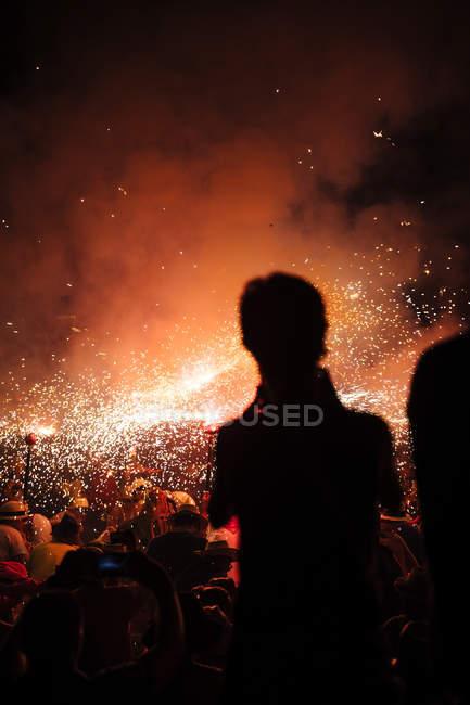 Silhouetten von Feuerwerk Spritzer am Feuer-Spiele — Stockfoto