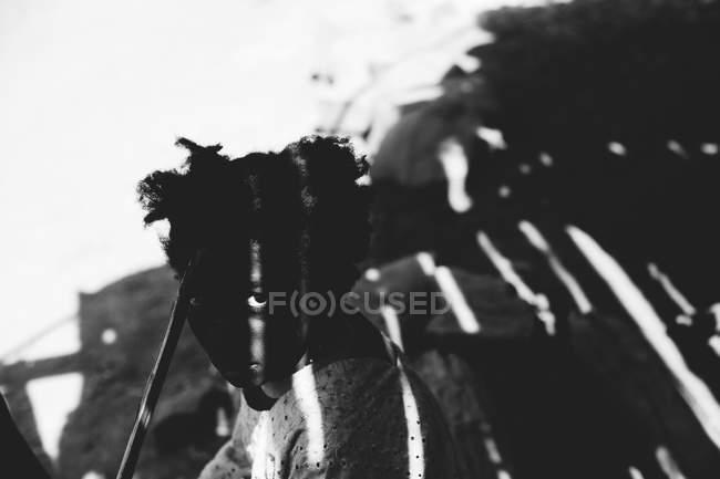 Гори, Сенегал - 6 декабря 2017 г.: Портрет черной девушки в тени и свет, смотрящий в камеру — стоковое фото