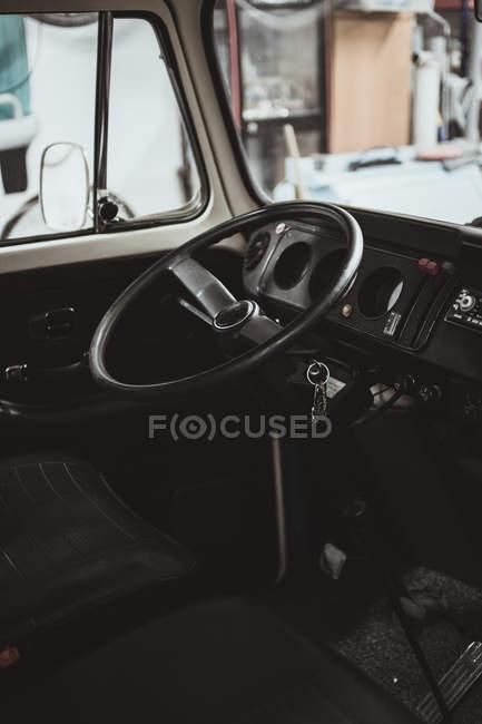 Volante nero all'interno del furgone retrò in buone condizioni . — Foto stock