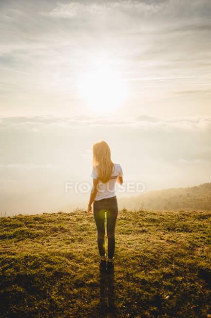 Молодая женщина позирует на холме — стоковое фото