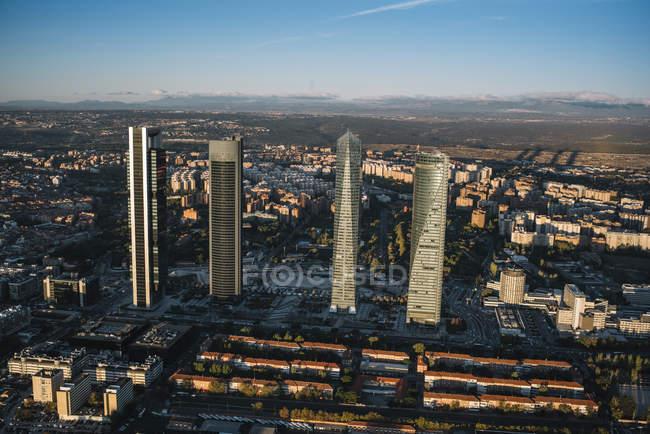 Vista aérea de la ciudad iluminado edificios y rascacielos - foto de stock