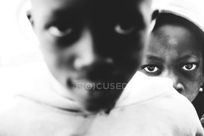 Kedougou, Сенегалу - 6 грудня, 2017:Portrait діти шукають серйозно на камеру. — стокове фото