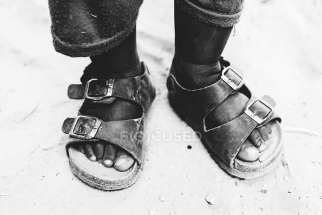 Обтинання дитини футів у сандалі на піску — стокове фото