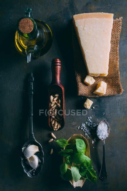 Композиция ингредиентов соус песто на темной таблицы — стоковое фото