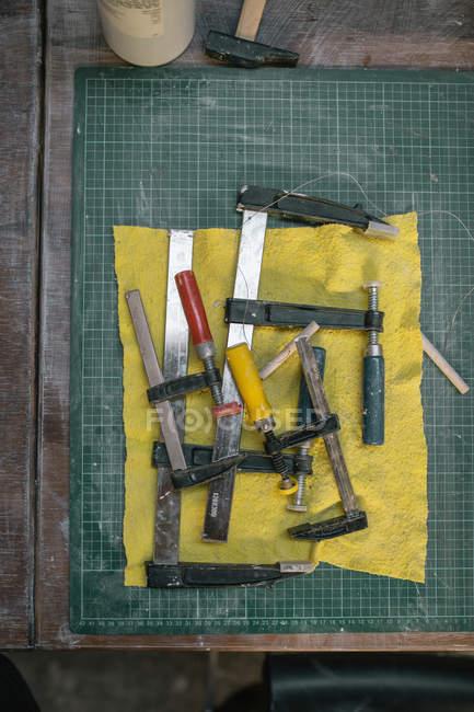 Vue de dessus des instruments et outils sur la table dans l'atelier — Photo de stock