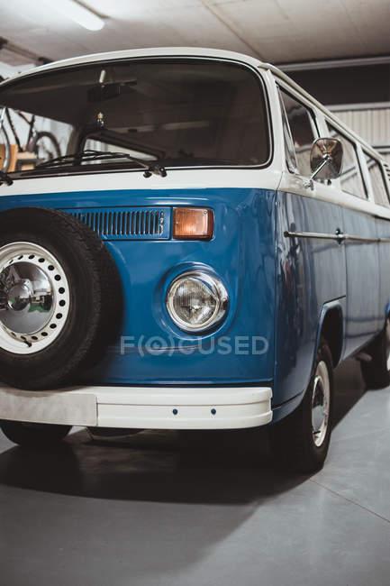 Blauer Retro-Van in der Garage — Stockfoto