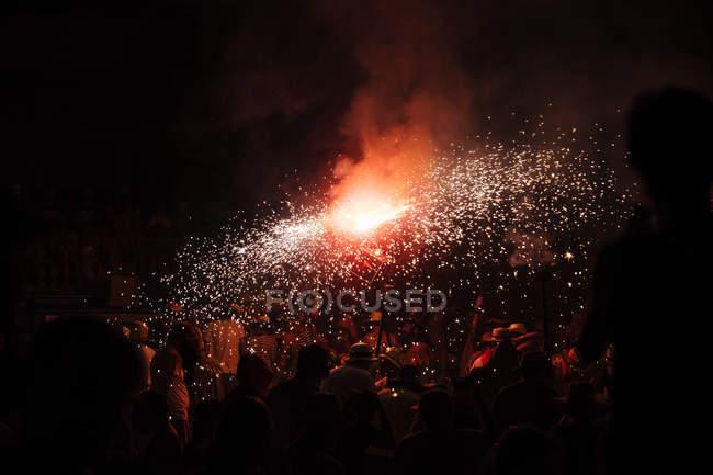Rote Feuerwerk Spritzer auf Hintergrund der schwarzen Himmel — Stockfoto
