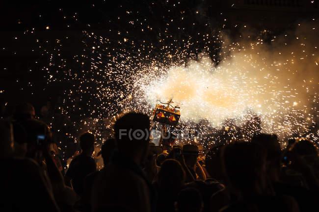 Menschen beim Feuerwerk Festival bei Nacht, Katalonien, Spanien — Stockfoto
