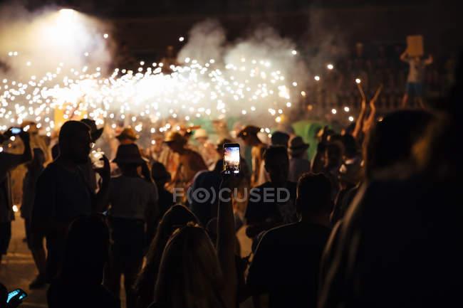 Silhouetten von Menschen Fotografieren von Feuerwerk-festival — Stockfoto