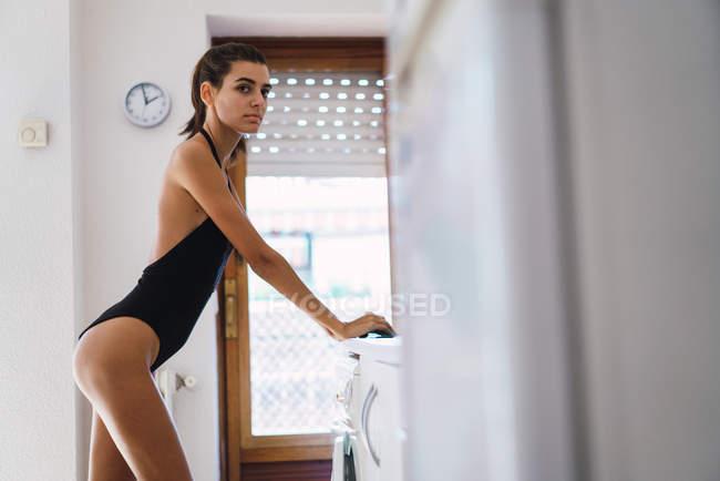 Девушка в купальнике позирует у зеркала, огромные предметы очень глубоко порно