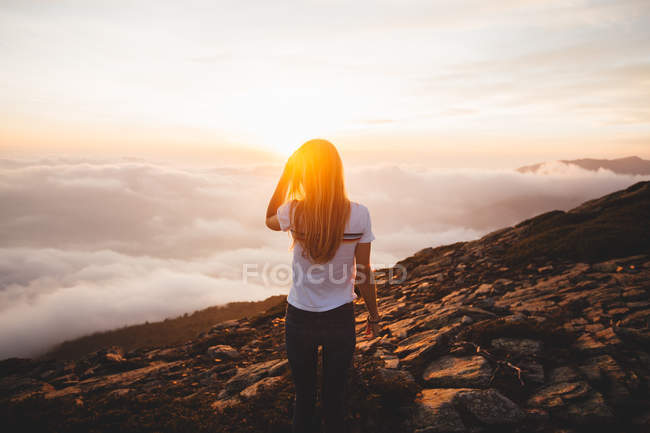 Young woman posing on hill — Stock Photo