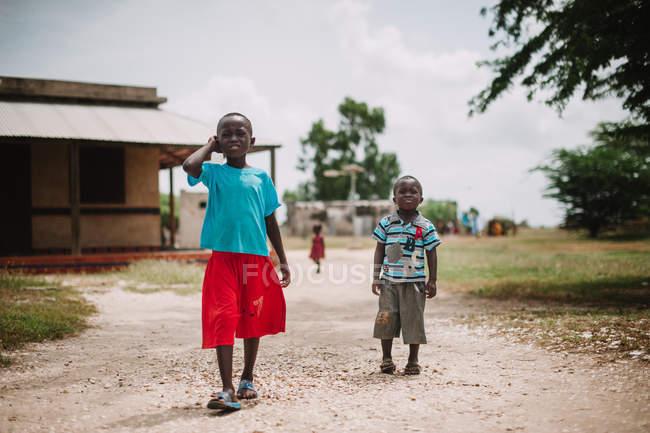 Yoff, Senegal- 6 dicembre 2017: Bambini africani sulle strade rurali — Foto stock