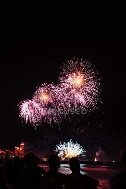 Вспышки фейерверка в ночном небе — стоковое фото