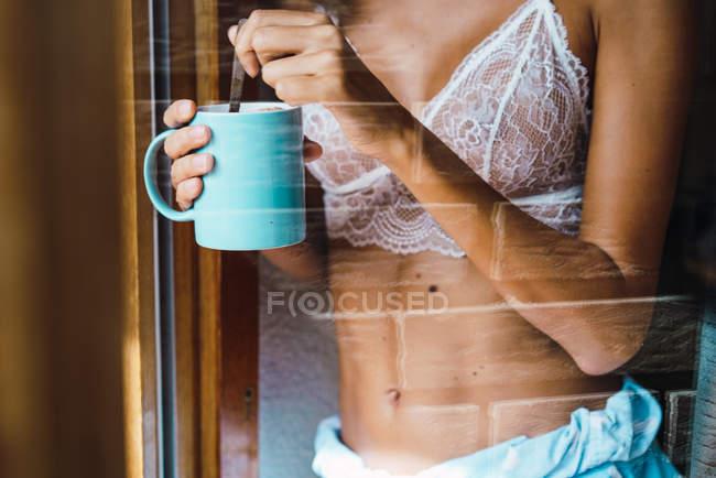 Metà sezione donna in reggiseno bere caffè — Foto stock