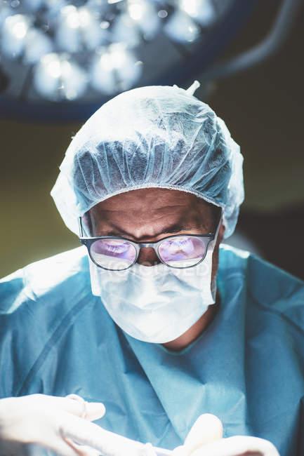 Портрет концентрированного хирурга при операции по обработке — стоковое фото