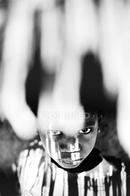 Goree, Сенегалу-6 грудня, 2017:Low кут портрет дівчина стояла під солом'яний дах edge, дивлячись на камеру — стокове фото