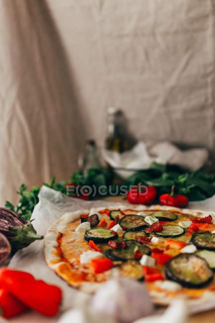 Anordnung der Zutaten und Pizza auf Platte — Stockfoto