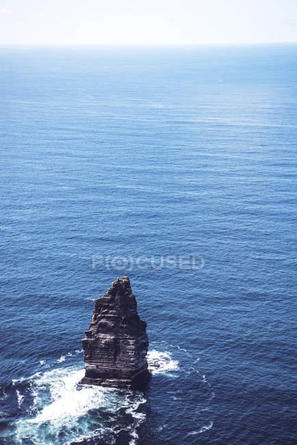 Вид Одиночество скалы в синий океан — стоковое фото