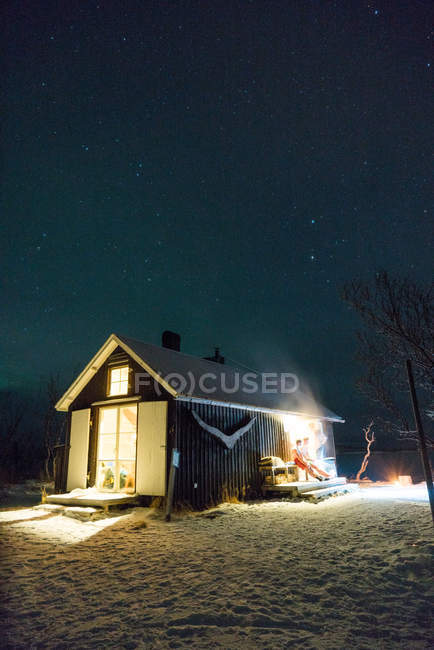 Vista exterior del edificio pequeño de madera en bosque del invierno - foto de stock