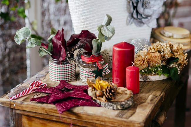 Chiuda sulla vista di composizione decorativa sulla tavola di legno — Foto stock