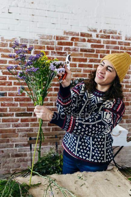 Портрет жінка в светр складання букета на квіткові Ательє — стокове фото