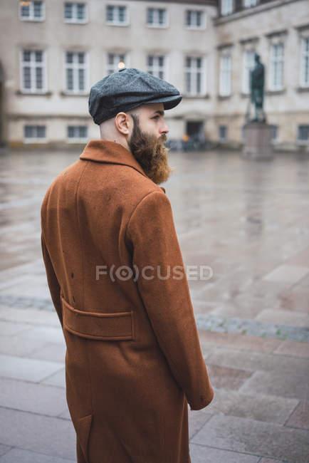 Vista traseira do elegante homem barbudo na Praça — Fotografia de Stock