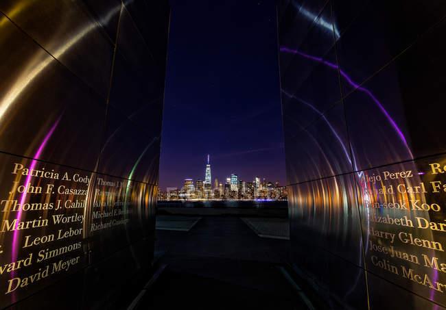 Découvre du monument 11 septembre avec les noms et les toits de la ville pendant la nuit, New York — Photo de stock