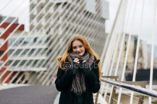 Stylische blonde Frau posiert auf städtischer Brücke — Stockfoto