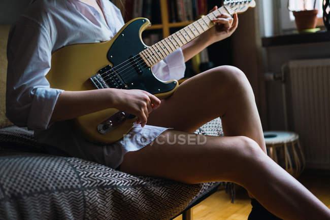 Erntefrau sitzt in Kutsche und spielt Gitarre — Stockfoto