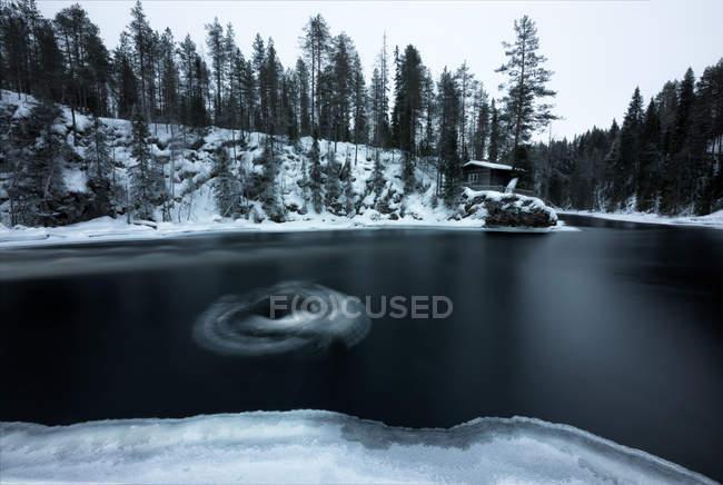 Vue du paysage de la rivière en streaming dans la scène hivernale — Photo de stock