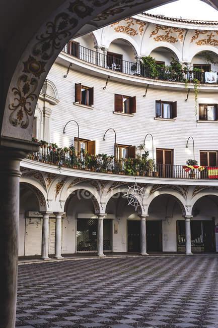 Vista exterior del patio interior del edificio típico español - foto de stock