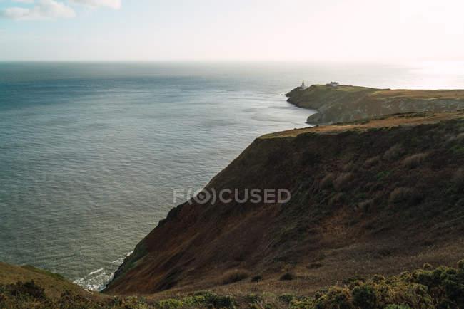 Морський пейзаж подання для прибережних великих рок і спокійним океану в сонячний день. — стокове фото