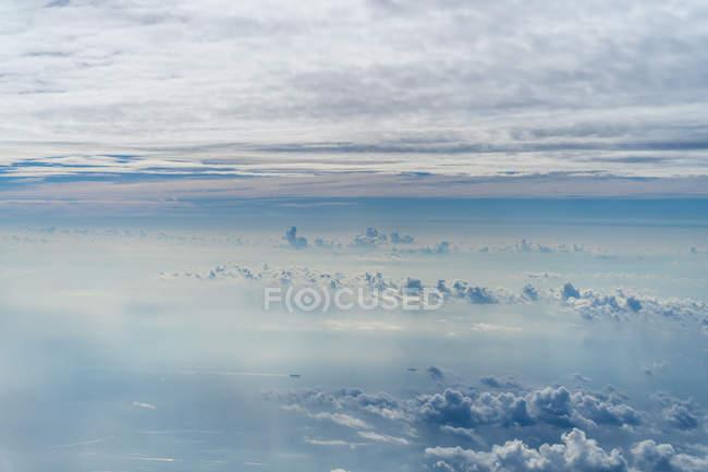 Vista aérea para paisagem nebulosa cênica e serena — Fotografia de Stock