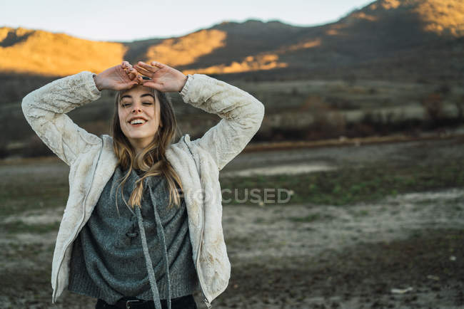 Ritratto di donna sorridente che gode della natura e della libertà — Foto stock