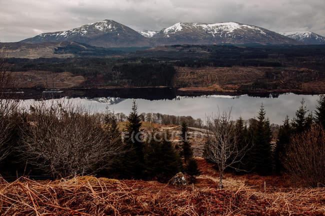 Vue idyllique sur lac et vallée en montagne — Photo de stock