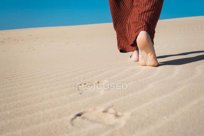 Männliche Füße laufen auf welligem Sand — Stockfoto
