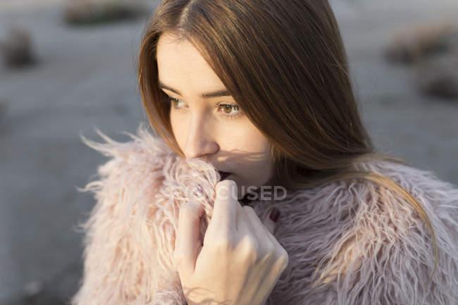 Ritratto di ragazza elegante coccole su cappotto accogliente — Foto stock