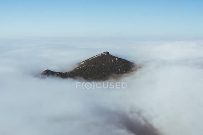 Landschaft des Berggipfels ragt aus dicken Wolken. — Stockfoto