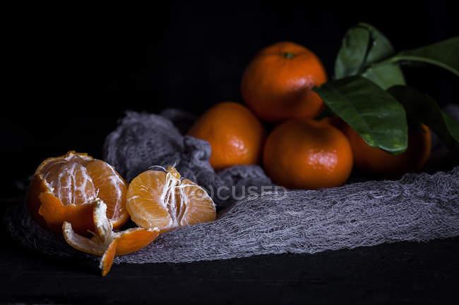 Stillleben frischer Mandarinen auf altem Tisch — Stockfoto