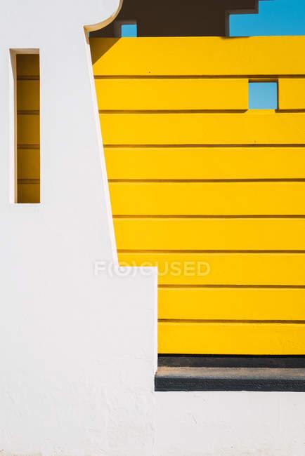 Докладно про сучасну будівлю екстер'єр з дивовижною архітектура — стокове фото