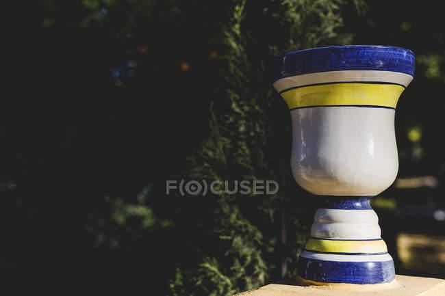Багато прикрашений керамічні вази на Поруччя, зелені дерева — стокове фото