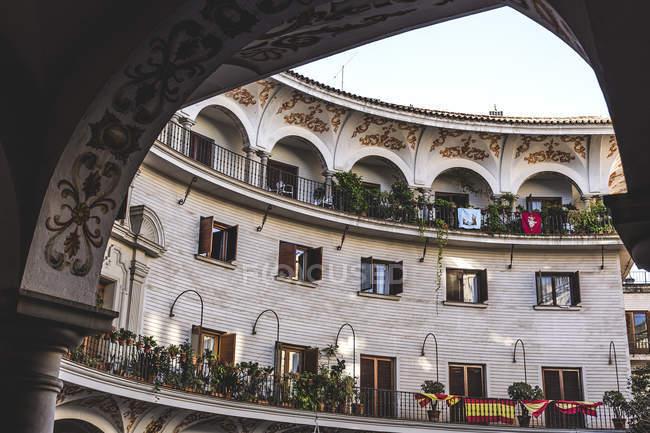Vista exterior del edificio oval de patio interior - foto de stock