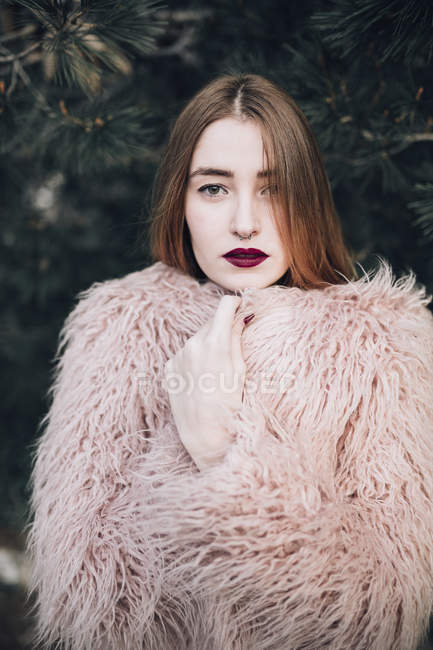 Sensual stylish model with bright lips — Stock Photo