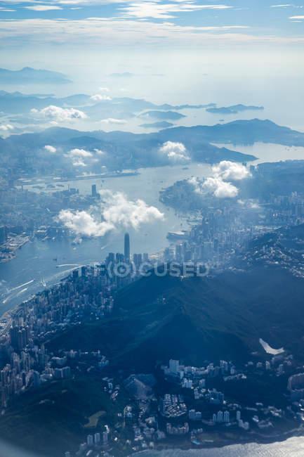 Vue aérienne de la ville à la rive de la rivière sinueuse avec nuages au-dessus — Photo de stock