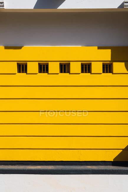 Внешний вид современного здания с желтым фасадом и строки windows — стоковое фото