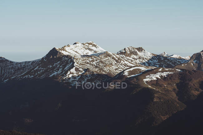 Paesaggio paesaggistico di montagne alla luce del sole — Foto stock