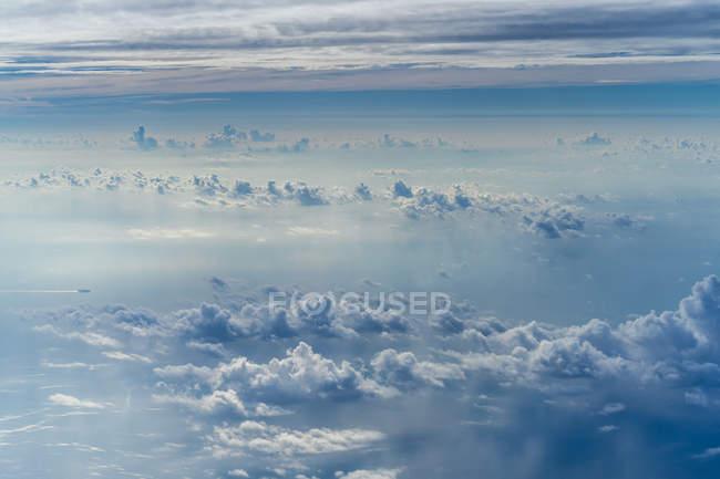 Vue panoramique sur de beaux nuages vus depuis l'avion . — Photo de stock