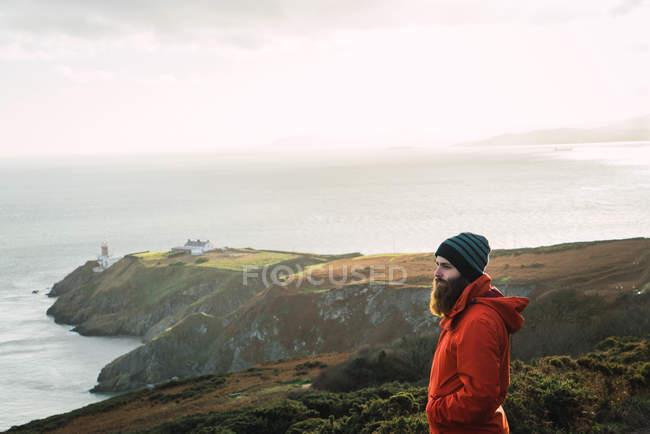 Side view of man posing at coast — Stock Photo