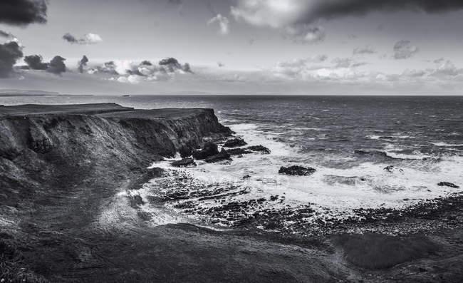 Paysage de côtes rocheuses et vagues océaniques — Photo de stock