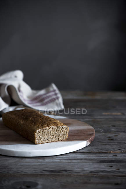 Still life of homemade cake on board — Stock Photo